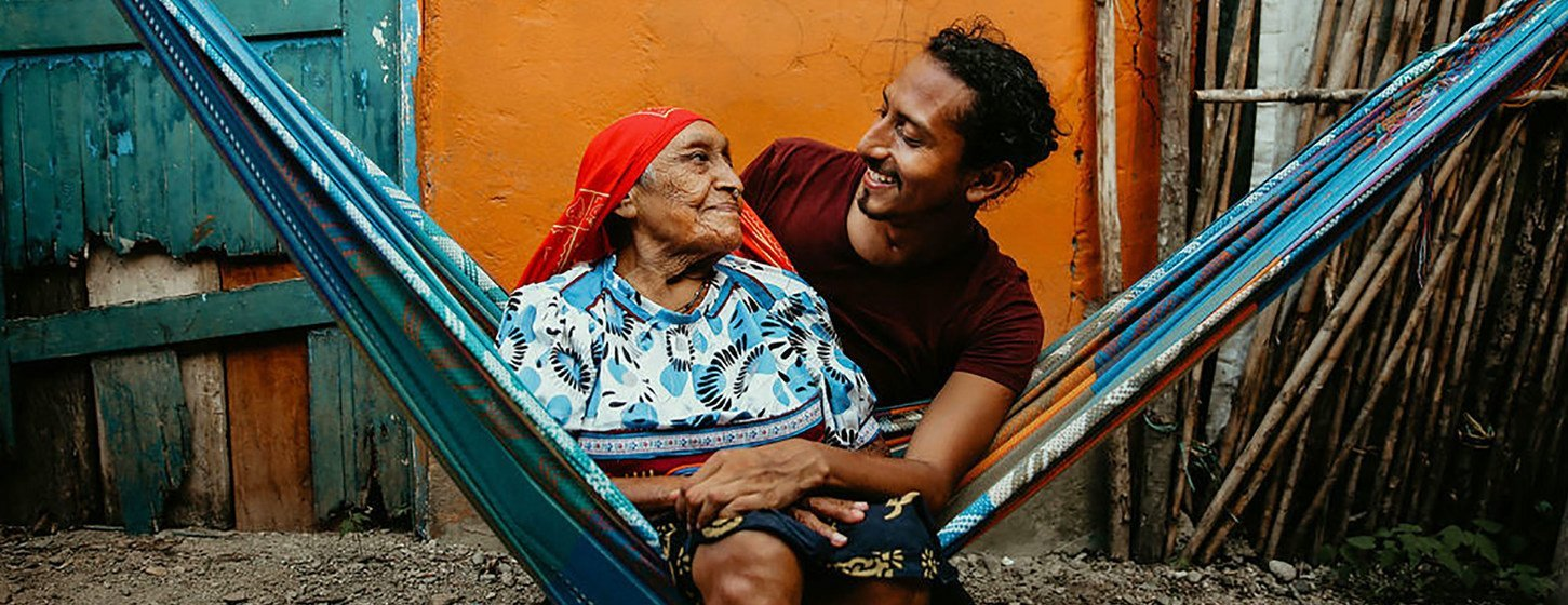 Mis abuelas me enseñaron a hablar dulegaya, dice Diwigdi Valiente, quien abraza a su bisabuela en esta foto.