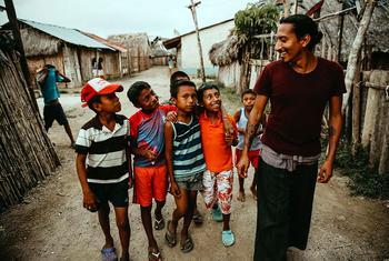 Diwi dirige a los niños en las actividades del proyecto Burwigan contra el cambio climático y la contaminación con plástico.