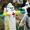 Wahudumu wa afya wakipuliziwa dawa kama njia ya kujikinga dhidi ya Ebola baada ya kutoa matibabu huko Beni, DRC. (31  Mei 2019)