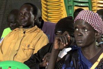 ورشة عمل خاصة تنظمها بعثة الأمم المتحدة في جنوب السودان مع سكان معسكر الحماية لدعم النساء اللواتي عانين من العنف الجنسي وتشجيع المجتمع على اتخاذ إجراءات لضمان تقديم الجناة إلى العدالة. (من الأرشيف)