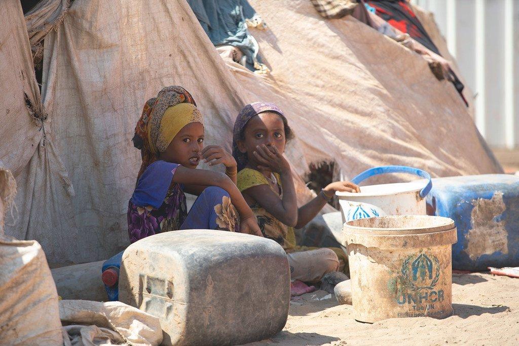 2019年2月26日,也门儿童坐在一个的流离失所营地中。