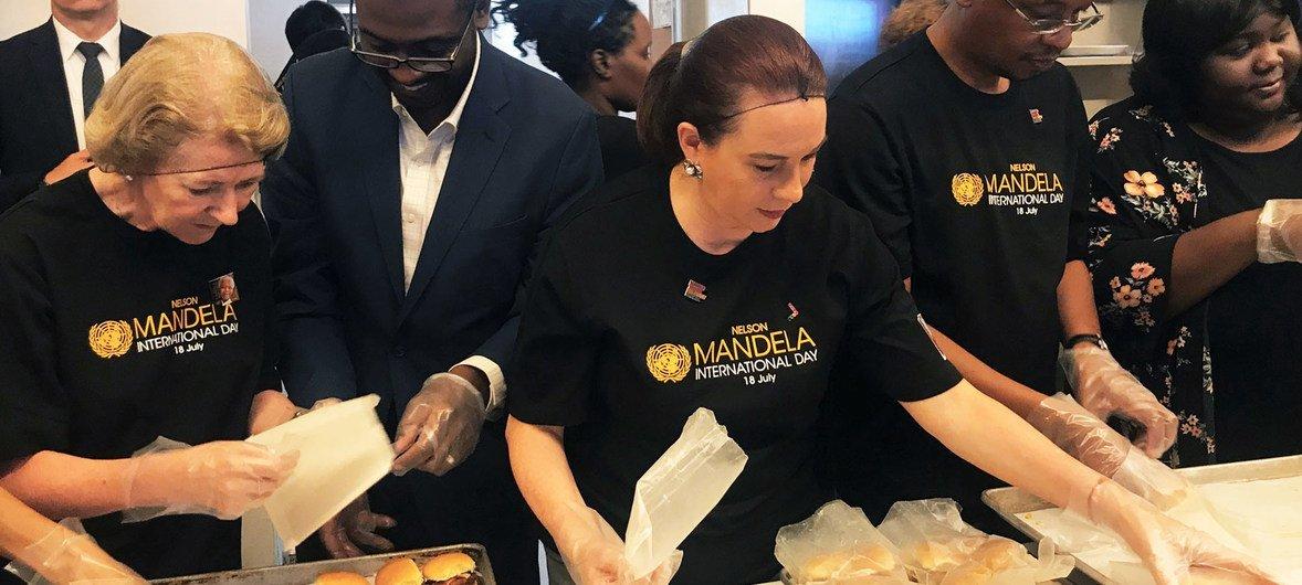 Зам.Генсека ООН Алисон Смейл, Председатель Генассамблеи Мария Эспиноса и другие сотрудники ООН поработали сегодня волонтерами в одном из общественных центров Бруклина.
