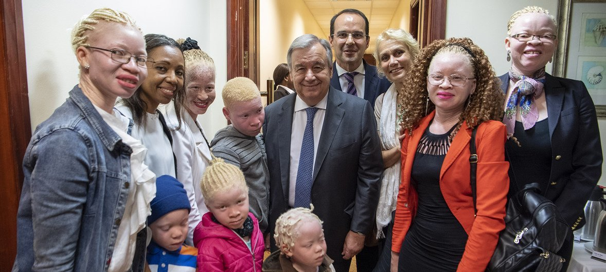 António Guterres se reune con miembros de una organización que lucha contra la discriminación a los albinos.