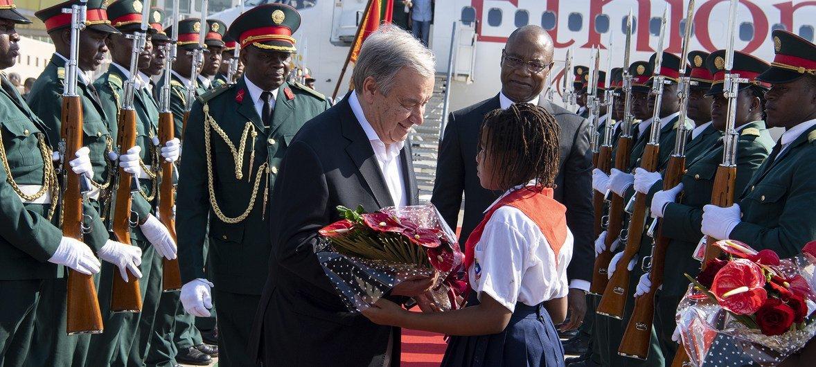 Antonio Guterres recibe flores a su llegada en Maputo, la capital de Mozambique.
