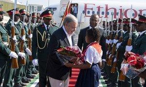 António Guterres recebe flores em sua chegada a Maputo, capital de Moçambique.