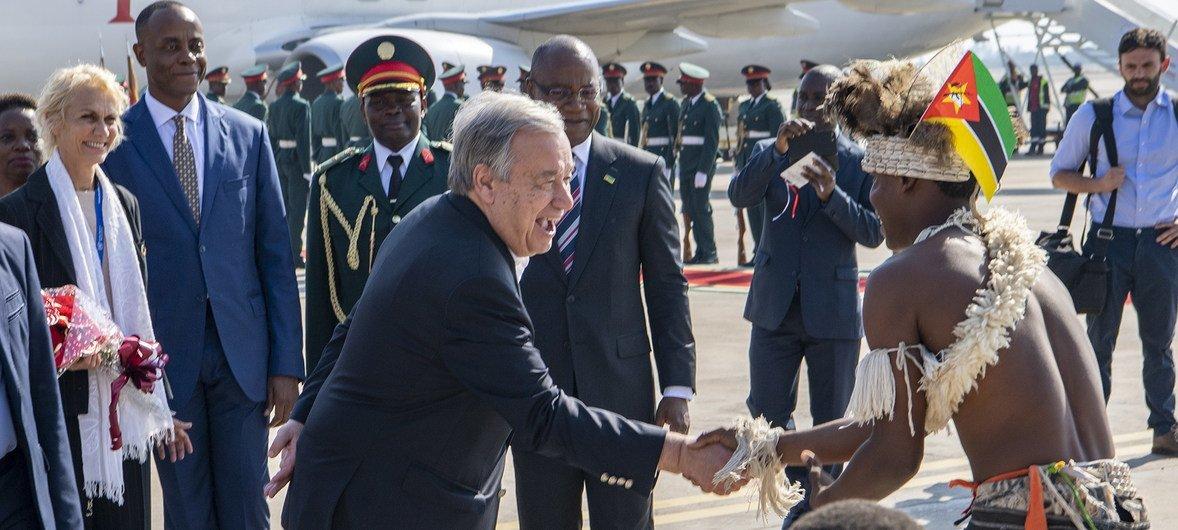O secretário-geral António Guterres é recepcionado em sua chegada a Maputo, capital de Moçambique.