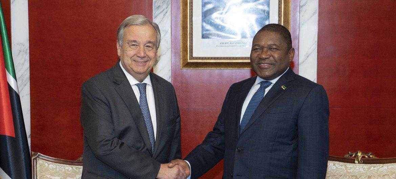 El Secretario General junto al presidente de Mozambique.