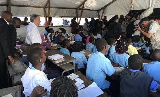 Secretário-geral António Guterres visita tendas temporárias usadas como salas de aula na escola 25 de junho na cidade da Beira, Moçambique. A escola foi destruída pela passagem do ciclone Idai.