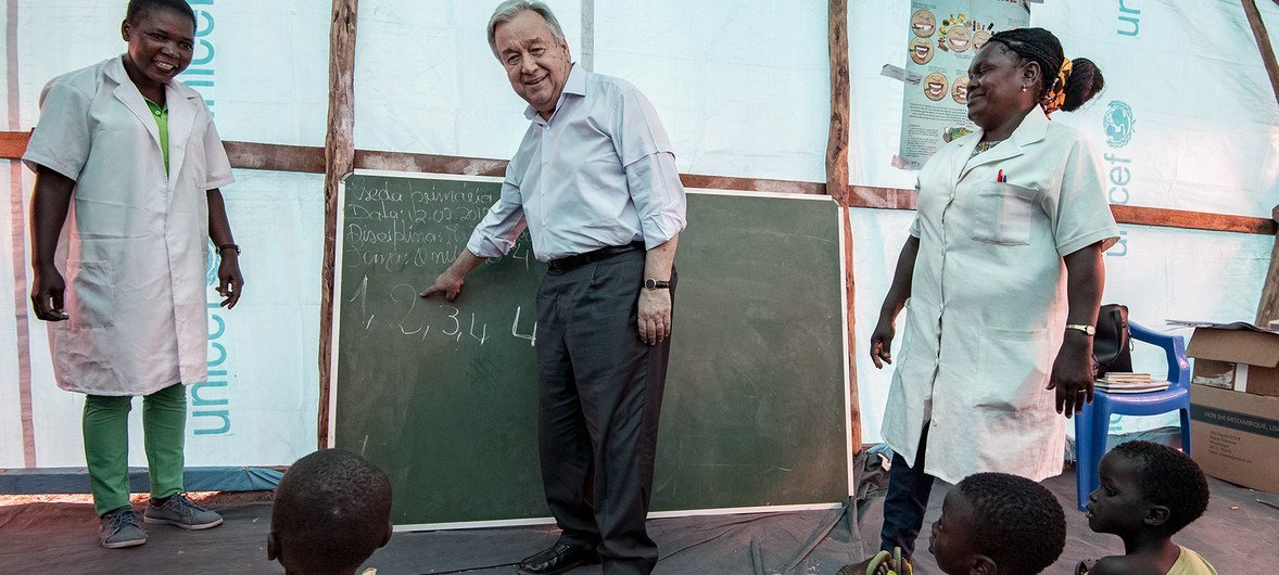 Secretário-geral António Guterres visita uma escola no campo de Mandruzi, reassentamento a 40 km da Beira, em Moçambique.