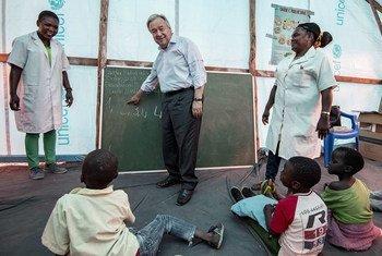 El Secretario General António Guterres en el campamento Mandruzi para damnificados por los ciclones en Mozambique.