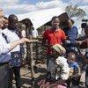 यूएन प्रमुख ने मोज़ाम्बीक़ में राहत शिविरों में रह रहे लोगों से मुलाक़ात की.