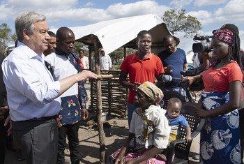 El Secretario General, António Guterres, durante una reciente visita a Mozambique, donde pudo escuchar a los afectados por los dos ciclones que golpearon el país, efecto del cambio climático.
