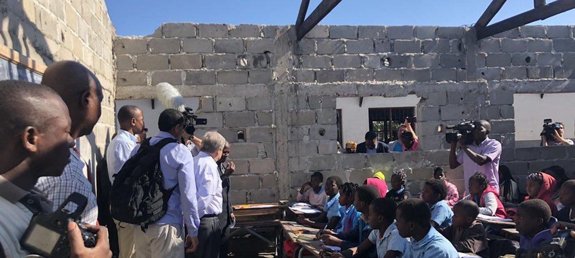 秘书长古特雷斯参观莫桑比克贝拉一所用作学校的临时处所。(资料图片)