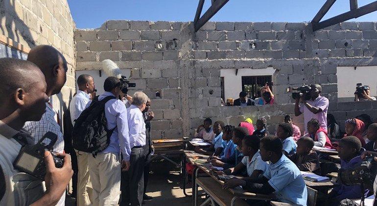 """الأمين العام للأمم المتحدة يزور خيام مؤقتة استخدمت كصفوف في مدرسة في """"بيرا"""" بموزامبيق. (صورة من الأرشيف)"""