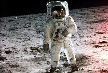 O chefe a bordo da missão da Apollo 11, Neil Armstrong, e o tripulante Buzz Aldrin foram os primeiros seres humanos que pousaram em outro corpo celeste.