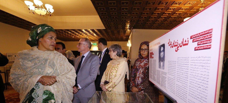 A vice-secretária-geral, Amina Mohammed, visita uma exposição do Centro de Memória e Diálogo do Afeganistão em Cabul.