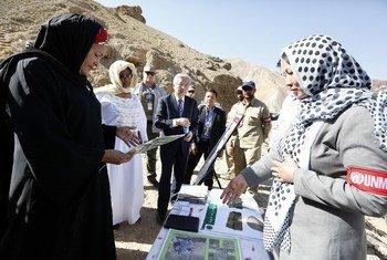 Amina Mohammed se reúne con mujeres que trabajan en el desminado en Afganistán.