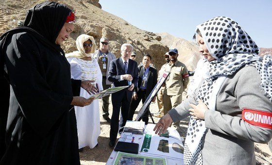 Em campo de desminagem em Bemyan, Amina Mohammed encontrou-se com mulheres que trabalham no local.