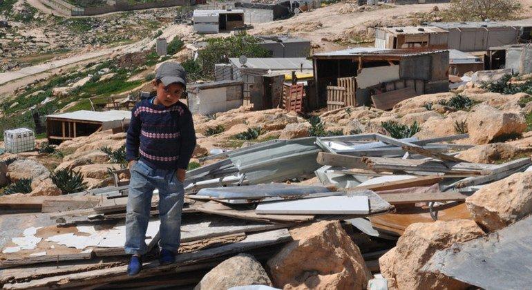 من الأرشيف: ولد صغير يقف على ركام منزله الذي تهدم في الضفة الغربية، 2017.