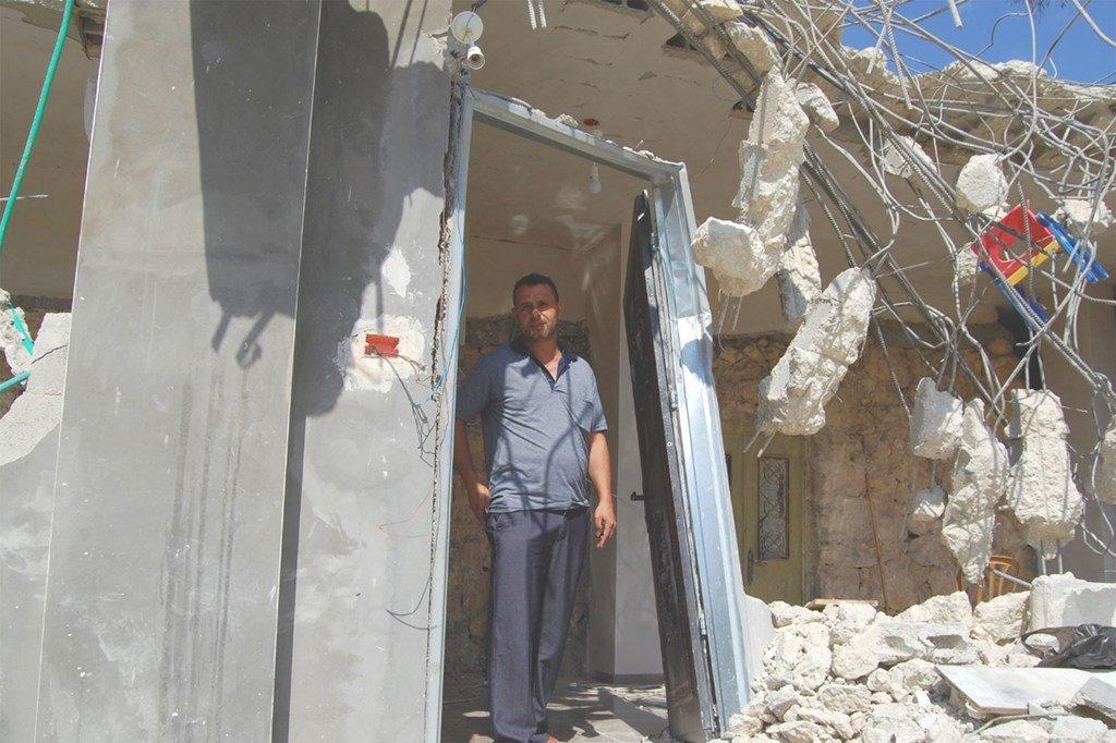 2018年9月,一名男子站在自己位于西岸的被以色列当局拆除的房屋中。
