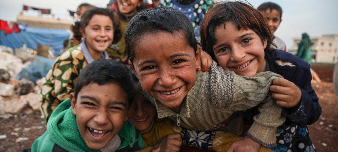 叙利亚阿勒颇西郊的巴特卜营地,儿童在帐篷跟前玩耍。