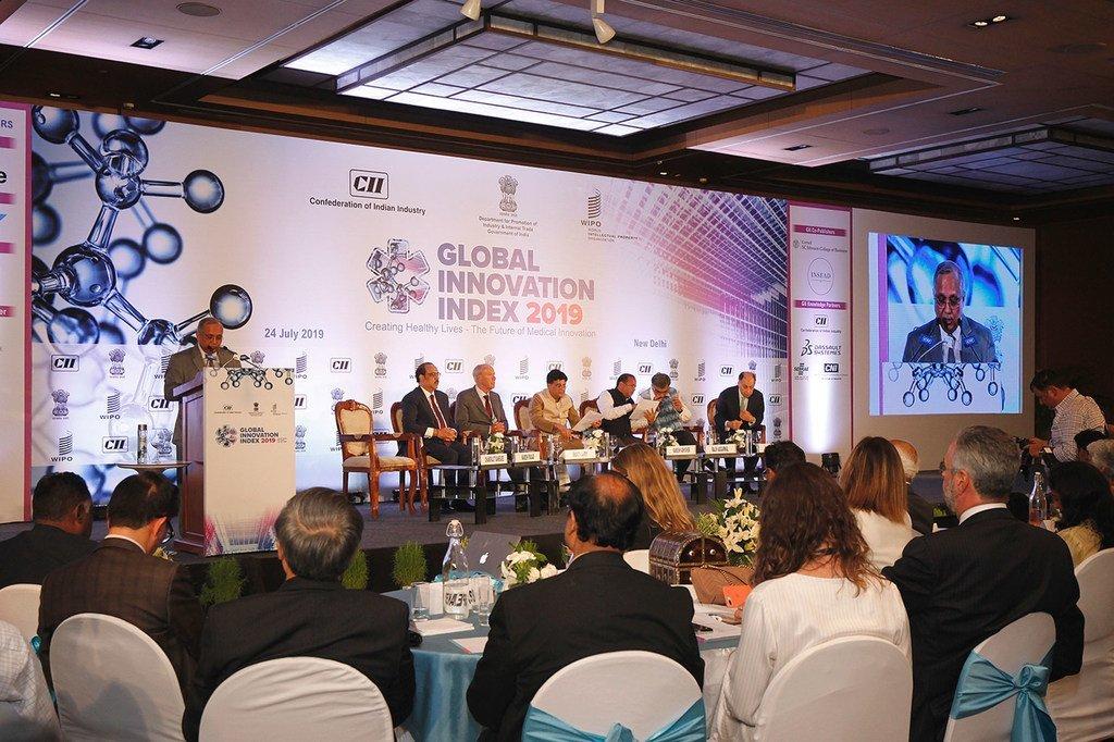المتحدثون في حلقة النقاش المتعلقة بإطلاق مؤشر الابتكار العالمي 2019، الذي استضافته حكومة الهند في نيودلهي. (24 تموز/يوليه 2019)
