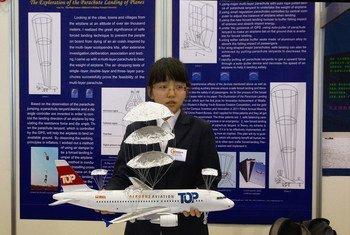 Inventora Yu Gao em feira de invenções em Genebra