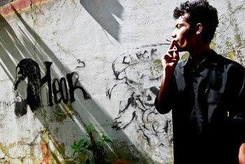 Jovem fuma nas ruas de Timor-Leste