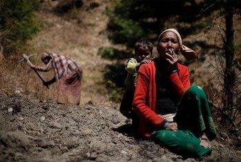 Mulher nepalesa, na aldeia Sawa Khola, distrito de Mugu, faz pausa no trabalho para fumar