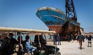 Un bateau dans lequel 800 migrants et réfugiés sont morts en Méditerranée, est exposé à la Biennale de Venise, à Venise, en Italie.