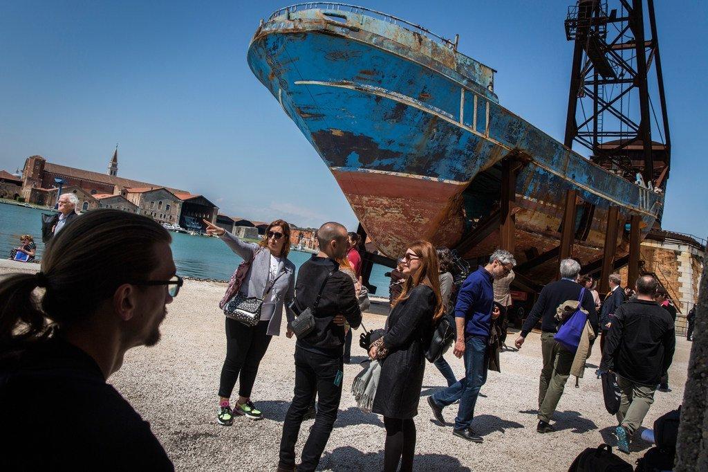 Un bateau à bord duquel 800 migrants et réfugiés sont morts en mer Méditerranée est exposé à la Biennale de Venise, en Italie