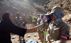 La Secretaria General Adjunta Amina Mohammed (izquierda) saluda a las mujeres desminadoras en un sitio de desminado de la ONU en la provincia de Bamyan, Afganistán.