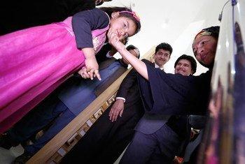La Vice-Secrétaire générale de l'ONU, Amina J. Mohammed (à droite), visite l'hôpital Aga Khan et le Centre de protection de la famille à Bamyan, en Afghanistan.