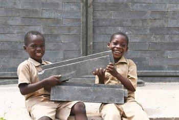 Des élèves heureux dans leur nouvelle classe en cours de construction dans leur école de Sakassou, au centre de la Côte d'Ivoire. (6 février 2019)