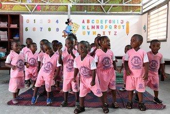 Des enfants et leurs enseignants dans une école maternelle à Gonzagueville, une banlieue d'Abidjan, en Côte d'Ivoire.