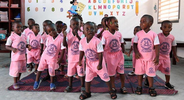 Niños y profesores en Côte d'Ivoire muy felices con su nuevo salón de clase en Gonzagueville,  Abiyán.