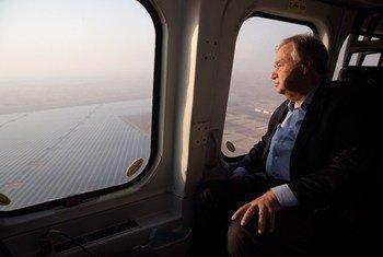 الأمين العام يزور محطة نور أبو ظبي، أكبر محطات الطاقة الشمسية في العالم. 30 يونيه/حزيران 2019.