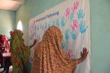 Wanawake wakimbizi waonyesha mshikamano wao na kampeni ya UNHCR ya kupinga usafirishaji haramu katika kambi ya Wad Sharife masahriki mwa Sudan. (24 Julai 2018)