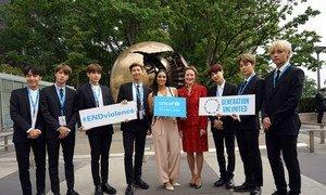 La directora ejecutiva de UNICEF, Henrietta Fore, junto al famoso grupo de pop coreano BTS.