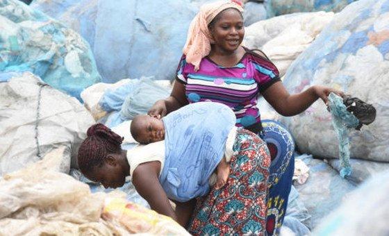 Mais de 280 toneladas de resíduos de plástico são produzidas todos os dias apenas em Abidjan.