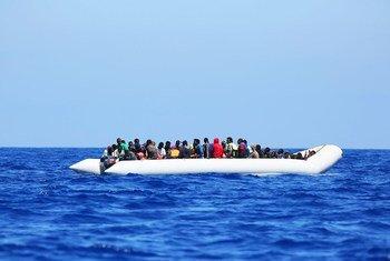 Un barco de migrantes en las costas de Grecia